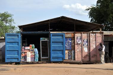 Pequeno armazém na capital Juba. Comércio informal é predominante no país