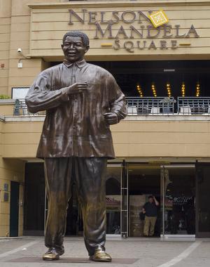 Estátua de Nelson Mandela em praça que leva seu nome em Jhoannesburgo, África do Sul