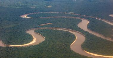 Visão aérea de um curso d'água em uma floresta equatorial