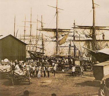 Embarque do café no Porto de Santos, em fotografia de 1880 feita por Marc Ferrez (1843-1923)