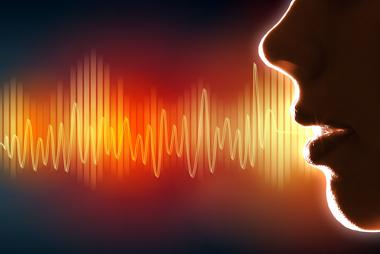 A voz fica fina pela inalação do gás hélio porque a velocidade das ondas sonoras aumenta