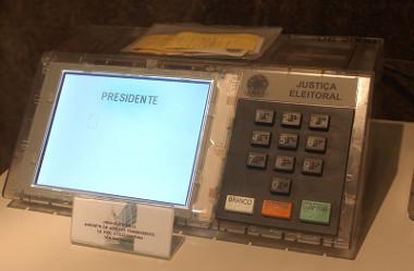 A urna eletrônica substituiu as cédulas de papel, garantindo maior rapidez na apuração dos votos *