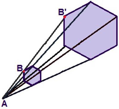 Através de uma relação de homotetia, podemos garantir que os hexágonos são semelhantes, mas o maior tem duas vezes o tamanho do menor