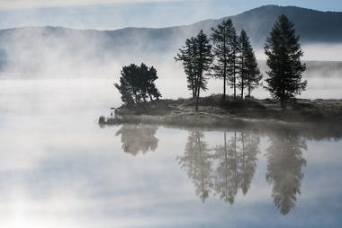 Exemplo de um nevoeiro formando-se próximo a um lago