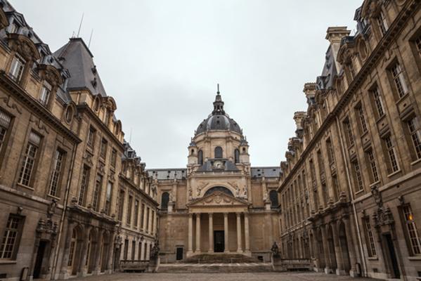 A Universidade de Paris destacou-se na Idade Média por seus estudos em teologia e artes *