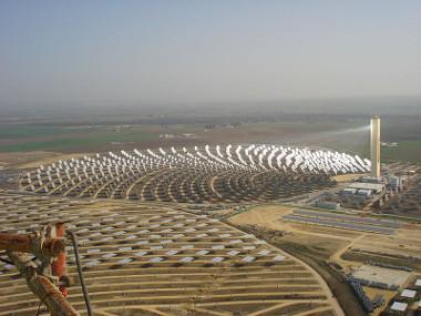 Usina solar de Solnova, localizada em Sanlúcar la Mayor (Espanha) *
