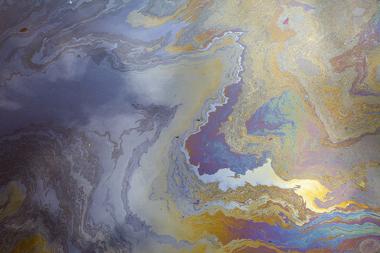O óleo de cozinha usado pode causar a poluição das águas, impedindo a entrada de oxigênio e luz