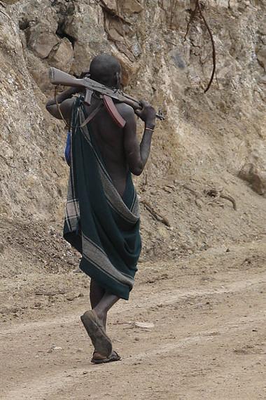 O rifle AK-47 é facilmente encontrado em regiões onde ocorrem conflitos étnicos e guerras civis **