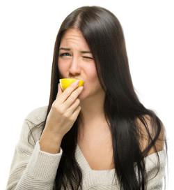 O ácido presente no limão é um exemplo de substância estudada pela Química Inorgânica