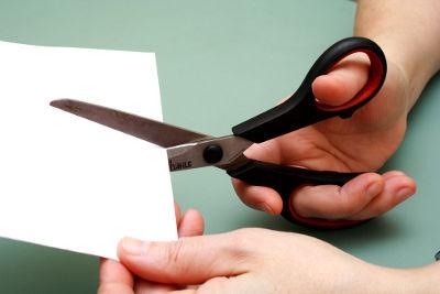 Cortar papel é um exemplo de fenômeno físico