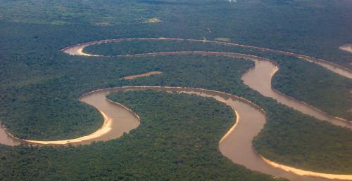 O Rio Amazonas é o maior da América Latina. Sua bacia compreende Peru, Colômbia, Equador, Venezuela, Guiana, Suriname, Bolívia e Brasil
