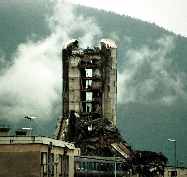 Prédio destruído pela artilharia sérvia que cercava Sarajevo no dia 20 de novembro de 1993 **