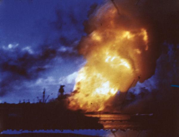 Imagem digitalmente colorida do ataque japonês à base naval americana de Pearl Harbor, em dezembro de 1940