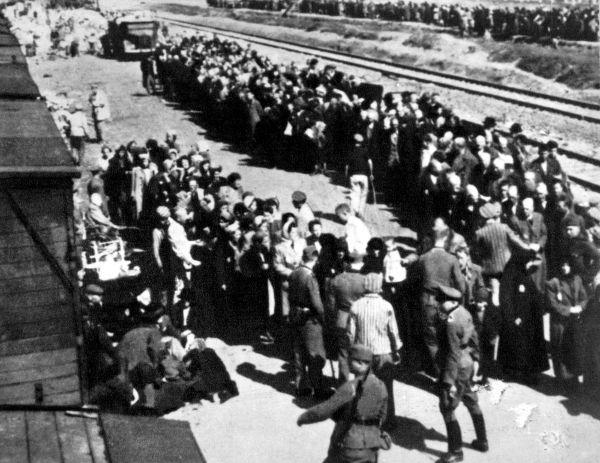 Os arquitetos do Holocausto: Heindrich Himmler (esquerda) e Reinhard Heydrich (centro) em foto de 1940 *
