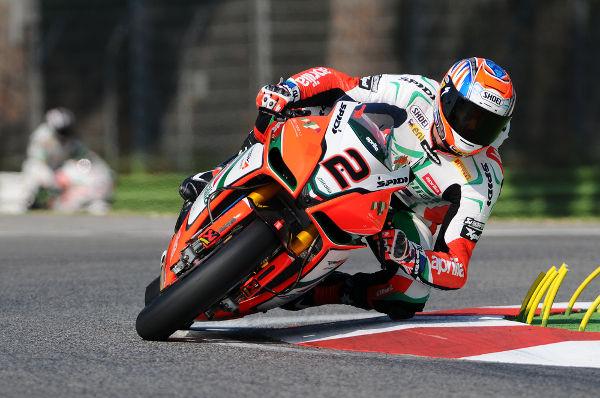 Os pilotos de motovelocidade enfrentam o efeito giroscópico durante as curvas *