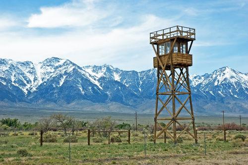 Torre de vigilância construída no campo de internamento de Manzanar