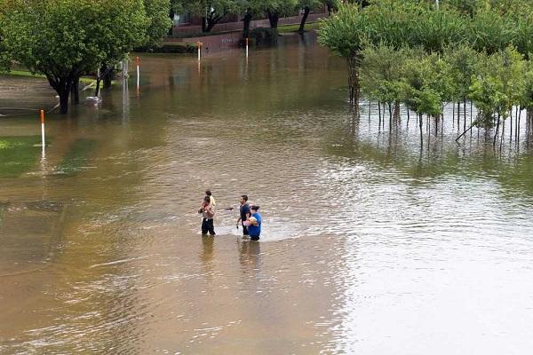 As chuvas trazidas pelo furacão romperam diques em Houston, deixando bairros inundados e pessoas desabrigadas