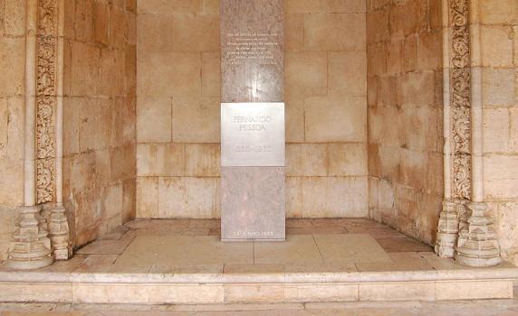 Túmulo de Fernando Pessoa situa-se no Mosteiro dos Jerónimos, em Lisboa Crédito: Commons