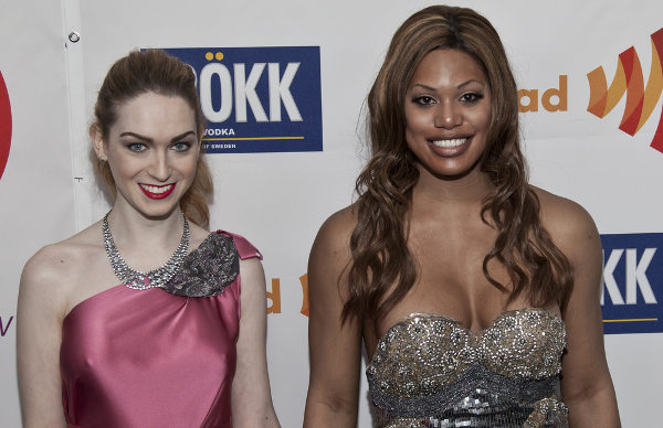 São exemplos de transexuais famosas as atrizes Jamie Clayton (Sense8) e Laverne Cox (Orange is the New Black).