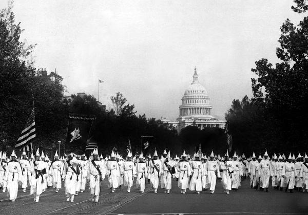 Parada realizada pelo Ku Klux Klan em Washington, capital dos EUA, em 1926.***