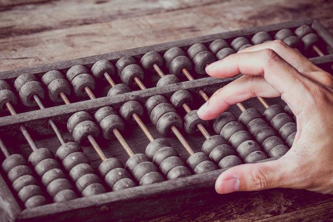 O ábaco foi um dos primeiros instrumentos de cálculo usados pela humanidade. Hoje em dia, é usado nas salas de aula no ensino das operações básicas.