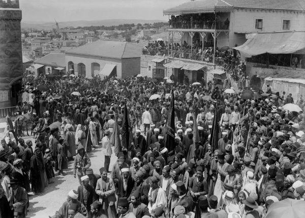 Otomanos organizando o alistamento de soldados em Jerusalém durante a Primeira Guerra Mundial.*