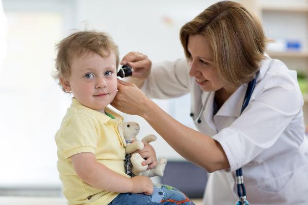 Nos casos de dor no ouvido, é importante procurar um médico para que ele possa verificar a ocorrência de uma otite.
