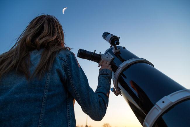 As imagens produzidas por um telescópio podem ser milhares de vezes maiores que seus objetos.