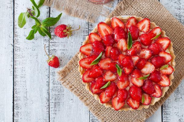 A torta de morango é um alimento que pode ser preparado utilizando frutos agregados.