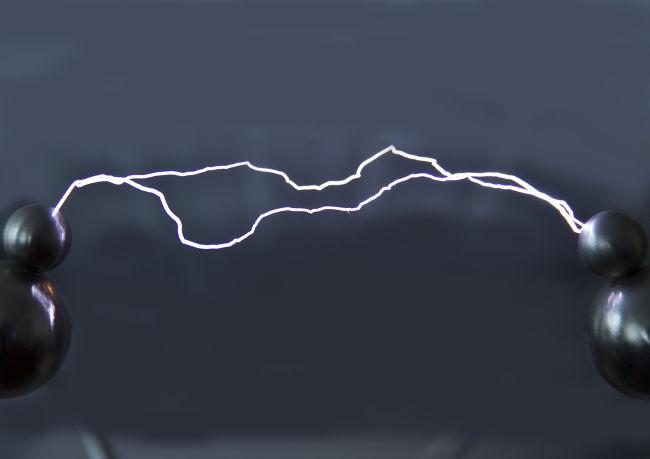 Grandes campos elétricos podem ionizar o ar, promovendo a condução de elétrons.