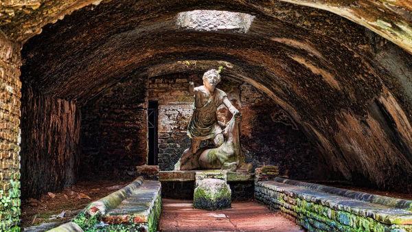 Estátua de Mitra, localizada em uma terma (banhos públicos) localizada em Roma.