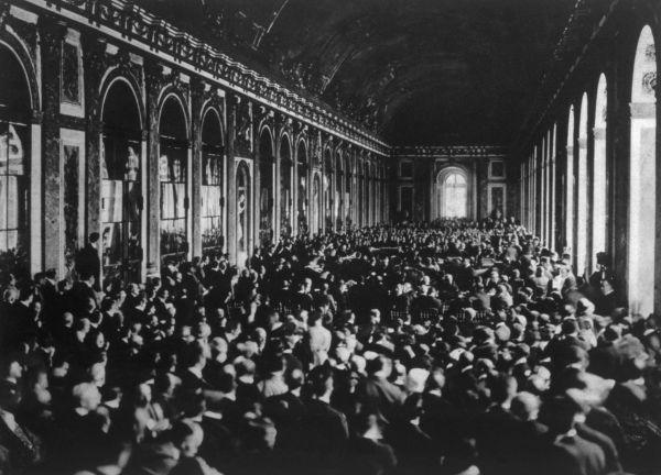 Delegações reunidas durante a assinatura do Tratado de Versalhes na Galeria dos Espelhos, em 1919.
