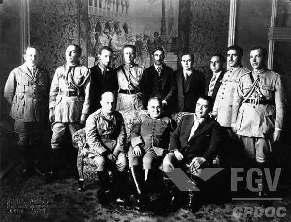 Vargas e militares aliados em foto tirada quando a Revolução de 1930 estava em curso.**
