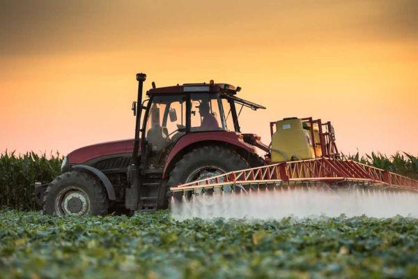 Os agrotóxicos são usados com bastante frequência nas produções agrícolas visando a aumentar a produtividade e combater pragas.