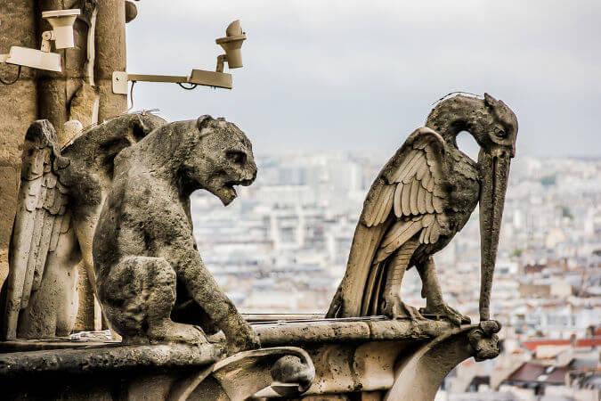 Detalhes das gárgulas que estão construídas no alto da Catedral de Notre-Dame.
