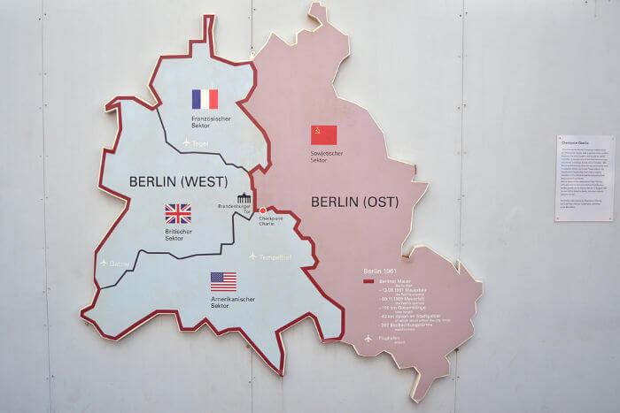 Mapa de Berlim durante o período da Guerra Fria. De azul, está Berlim Ocidental; de vermelho, está Berlim Oriental.**