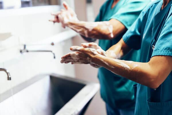 O simples ato de lavar as mãos pode diminuir a transmissão de agentes infecciosos no ambiente hospitalar e fora dele.