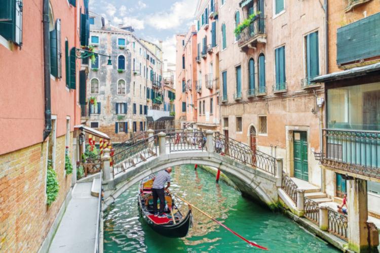 Veneza é um dos destinos mais românticos do mundo, onde casais passeiam pelo Grande Canal.