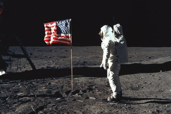 O complexo movimento realizado pela bandeira é resultado de sua inércia.