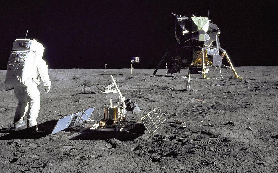 Alguns experimentos, como um sismógrafo e um espelho refletor foram deixados na Lua na missão Apolo 11