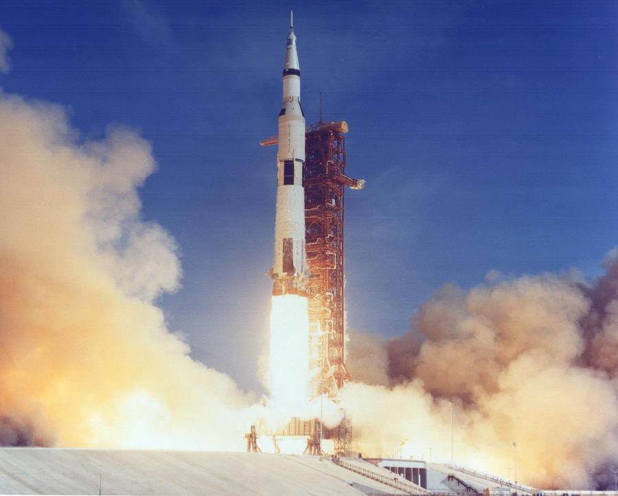 O lançamento do foguete Saturno V, com os módulos Eagle e Columbia.