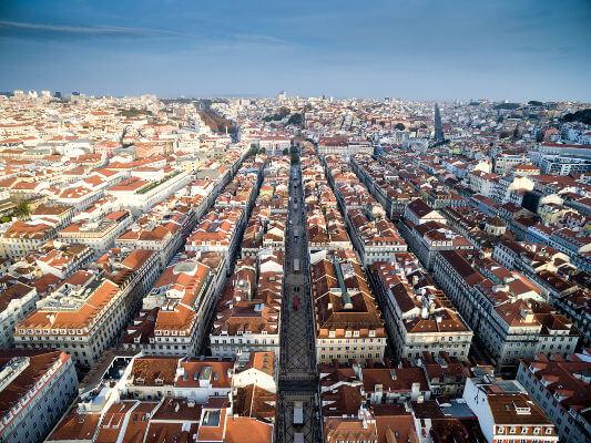 O estilo pombalino determinou ruas lineares e largas para Lisboa e a estrutura da fachada dos prédios eram predeterminadas pelo governo.
