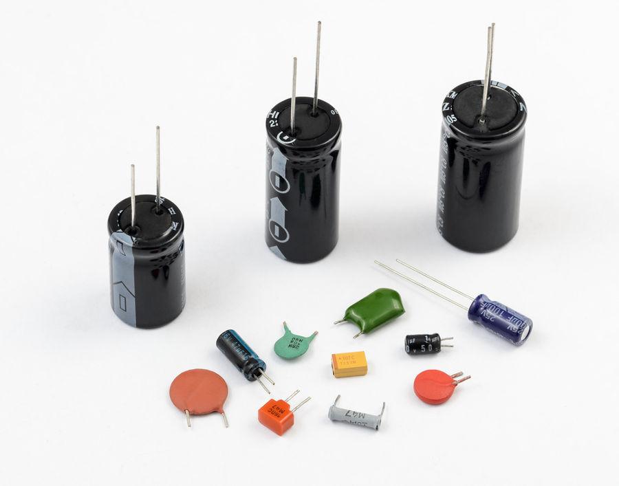 Existem diversos tipos de capacitores, com características e usos diferentes.