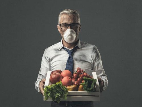 Homem protegido com máscara e vegetais contaminados