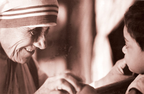 Em 1955, Madre Teresa abriu a primeira casa para ajudar crianças.¹