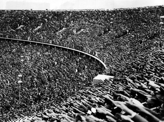 Saudação nazista realizada durante os Jogos Olímpicos de 1936. A saudação era uma parte do culto ao líder imposto pelos nazistas.¹