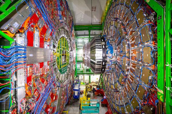 Nos aceleradores de partículas, os prótons alcançam mais de 99% da velocidade da luz.