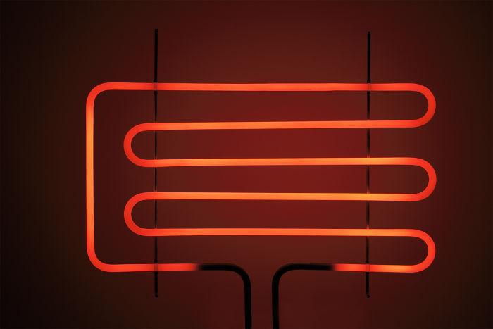 Churrasqueiras elétricas aquecem mediante a passagem de corrente elétrica devido ao efeito Joule.