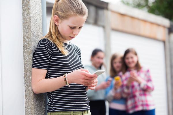 Quando imagens vexatórias ou íntimas de uma pessoa são criminosamente divulgadas na internet, ela pode se tornar uma vítima do cyberbullying.