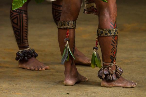 Pinturas feitas em pernas de índios de tribo amazônica próxima da cidade de Manaus.